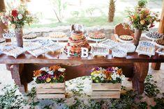 Um dos casamentos mais originais que já vi! Casamento decorado pelos noivos, durante o dia, celebrado pelo irmão e cunhada e com direito a churrasco!