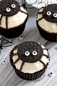 Halloween Cupcakes: Monster Cupcakes Make your Halloween Party even more special with these spooy and delicious Halloween Cupcakes. Here are best Halloween Cupcakes Recipes for you. Halloween Cupcakes Decoration, Halloween Cupcakes Easy, Halloween Treats For Kids, Halloween Party Snacks, Halloween Dinner, Halloween Season, Easy Halloween Food, Table Halloween, Icing Decorations