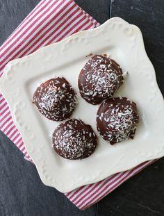 Sukkerfri kokosboller - LINDASTUHAUG Chocolate Sweets, Healthy Chocolate, Lchf, Keto, Xmas Cookies, Muffin, Healthy Recipes, Healthy Food, Food And Drink