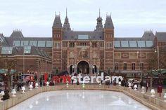 「十年磨一劍」這話,如果用來形容阿姆斯特丹國家博物館(RijksMuseum)於2013年的重新開幕的過程,應該再貼切也不過。 位於荷蘭首都,創立於1885年的阿姆斯特丹國家博物館(RijksMuseum),在歷經百餘年時光變遷,2001年荷蘭女王碧翠克絲宣布,由政府編列預算進行博物館系統更新,希望透過建築的修復整建,使大眾可更輕鬆的貼近與接觸文化遺產。如今由導演歐克˙荷根蒂克(Oeke Hoogendijk)以紀錄片方式呈現,成為在看見藝術品所呈現的光鮮之外,也發掘與了解更底層關於生活現實、文化與藝術的界限。#haveAnice #article #Amsterdam