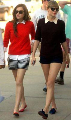 Taylor Swift e Hailee Steinfeld As migs entraram na moda navy com shorts listrado + cardigã vermelho + camisa branca e shorts jeans escurro + cardigã preto + oxford. Fofas demais!
