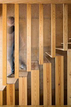 Escalier en bois massif , enfermé dans une cage tout en légèreté.