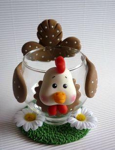 Poule en porcelaine froide sur coupe en verre