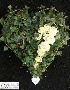 Grab Deko Herz aus Efeu und Rosen