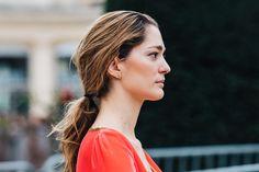 Street style à la Fashion Week automne-hiver 2017-2018 de Paris : Sofia Sanchez de Betak queue de cheval basse low ponytail
