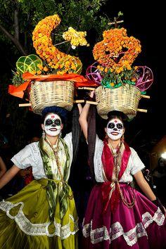 Day of the dead in Oaxaca. Las calles del centro de Oaxaca se pintaron de color
