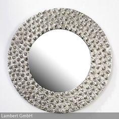 Wie die leichten Krater und Unebenheiten eines Planeten mutet die Oberfläche dieses Spiegels an. Um diese Optik zu erzielen, wird nach alter Handwerkskunst…