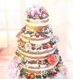 Dagens bröllopstårta  Lycka till! Naked cake med vanilj passionsfrukt och färska bär. #nakedcake #bröllop #sockermajas #öckerö #hästevik #torslanda #bröllopstårta