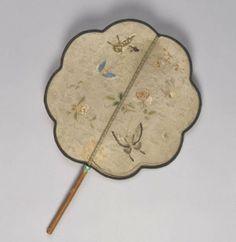 竹柄纱地堆绫加绣花蝶扇