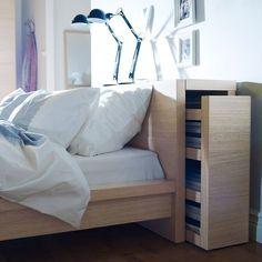 Meuble Ikea : 10 astuces de dressing et rangement - Astucieuse cette tête de lit qui se transforme en meuble de rangement. Une vraie cachette secrète de grand.Cadre de lit Malm - Ikea Pan. Fibres de bois, pan. partic., placage chêne. Vernis ... - Au rayon gain de place, je demande les meubles Ikea ! La marque suédoise déploie en effet toute son inventivité pour inventer des rangements qui font gagner plein de place.