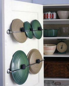 ля наведения порядка в крышках на кухне, помимо прочих замечательных вариантов, можно воспользоваться штангами. Прикрепите их к дверце шкафа и расположите там все крышки разного калибра: