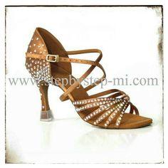 Sandalo in raso bronzo decorato con strass  #stepbystep #scarpedaballo #danceshoes #sandali #sandal #salsa #bachata #kizomba #tango #bronzo #strass #rhinestones #raso
