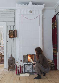 Ꭻuℓʄörbɛrɛɖɛℓsɛr ℐ Åtɛrbruƙssɬiℓ: Hanna eldar flitigt salens kakelugn under vinterhalvåret. Det kan vara dragigt i gamla hus, vilket minskas med att hänga upp ylledraperi i jugendstil i dörröppningarna. På väggen en gammal elcentral som ljushållare.