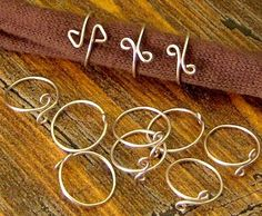Wire Wrap Rings – Tutorial — Jewelry Making Journal Wire wrap rings - I have sold a ton of these at art and craft shows! Really want great tips regarding arts and crafts? Wire Crafts, Jewelry Crafts, Bijoux Fil Aluminium, Ring Tutorial, Wire Wrapped Rings, Diy Schmuck, Homemade Jewelry, Bijoux Diy, Selling Jewelry
