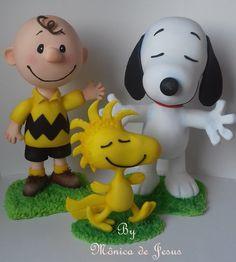 Compre Kit Turma do Snoopy 20 e 30 cm no Elo7 por R$ 370,00 | Encontre mais produtos de Decoração de Festa Infantil e Aniversário e Festas parcelando em até 12 vezes | Kit turma do snoopy, são peças grandes feitas em biscuit, ideais para compor cenário de mesa.  Charli e Snoopy: 30 cm de..., 83A56F Polymer Clay Cake, Polymer Clay Ornaments, Clay Crafts For Kids, Craft Stick Crafts, Woodstock Snoopy, Snoopy Cake, Snoopy Pictures, Dinosaur Cake, Sugar Craft