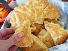 Cheddar-Skonssit | Annin Uunissa Snack Recipes, Cooking Recipes, Snacks, Daily Bread, Desert Recipes, Superfood, Afternoon Tea, Scones, Cheddar