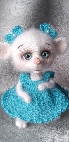 PDF Мышка Фрося крючком. FREE crochet pattern; Аmigurumi doll patterns. Амигуруми схемы и описания на русском. Вязаные игрушки и поделки своими руками #amimore - Мышь, мышка, мышонок, крыса, rat rata, rato, ratte, szczur, szczur, mouse, ratón, maus souris, mysz myši. Amigurumi doll pattern free; amigurumi patterns; amigurumi crochet; amigurumi crochet patterns; amigurumi patterns free; amigurumi today. #амигуруми #amigurumi #amigurumidoll #freepattern #crochetpattern #crochetdoll #вязание Amigurumi Doll Pattern, Amigurumi Toys, Red Riding Hood, Little Red, Plushies, Crochet Toys, Knitting Patterns, Kawaii, Dolls