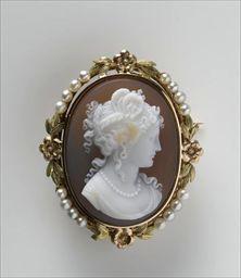 Parures et bijoux des musées nationaux de Malmaison et du palais de Compiègne, notice - Broche-médaillon ovale avec camée