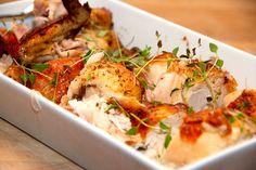 Se opskrift på ovnstegt kylling, der steges i 75 minutter i stegepose. På den måde bevarer du masser af smag og saftighed i kyllingen. Til en ovnstegt kylling til fire personer skal du bruge: 1,5 k…