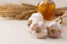 Cesnak + citrón + med = prírodný elixír plný zdravia 5 lyžíc medu, šťava z 5 citrónov, 5 veľkých hlavičiek rozdrveného cesnaku . Pripravíte tak, že zmiešate rozdrvený cesnak s medom a citrónom a necháme odstáť v tme. Užívajte každé ráno 1 lyžica asi 15 - 30 minút pred jedlom.