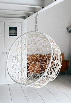 I wonder how easy it would be to make this with a large hula hoop, some narrow rope, and some kind of bamboo frame.