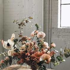 Peach got a bad rep as a wedding tone for a while (blame it on pouffy 80s bridesmaid dresses!) but we reckon it's back for 2017.  Just look at these beautiful blooms by @soilandstem.  #regram #wedding #inspiration #colours #colourpalette #flowers #florals