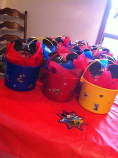 Recordatorios o sorpresas de fiesta Mickey Mouse en cestas plásticas.