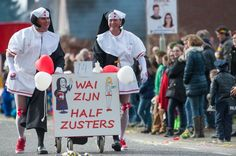 carnaval duo optocht - wij zijn halfzusters Cool Costumes, Holiday Parties, Party, Holidays, Vacations, Fiesta Party, Holidays Events, Holiday, Parties