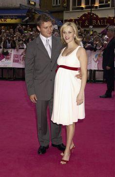Pin for Later: Ein Baby-Bauch ist das schönste Accessoire der Stars Reese Witherspoon bei einer Film-Premiere, Juli 2013 mit Ryan Phillippe