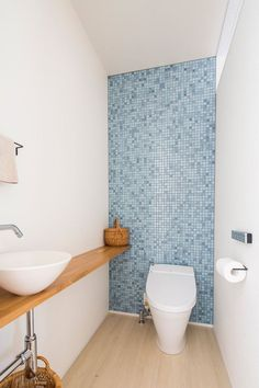 Small and cozy house bathroom. Great detail with the blue tiles on the accent wall. Toilet Tiles, Toilet Sink, Toilet Room, Muji Home, Japanese Bathroom, Toilet Design, Bathroom Toilets, Bathroom Design Small, Home And Deco