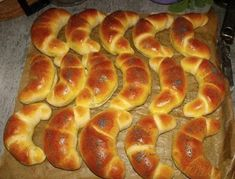Z uvedených ingrediencí vypracujeme krásné hladké těsto. A to buď ručne a nebo v domácí pekárně. Do domácí pekárny dáváme na dno tekuté suroviny a na ... Slovakian Food, Bread Dough Recipe, Food Gallery, Czech Recipes, Home Baking, Croissant, Hot Dog Buns, Bread Recipes, Sweet Recipes