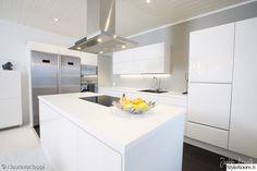 moderni,keittiö,valkoinen,saareke,liesituuletin Dream Home Design, House Design, Wooden House, Home Kitchens, Kitchen Dining, Cool Designs, Sweet Home, New Homes, Minimalist