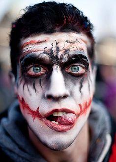 Idée créative de maquillage homme Halloween à mi-chemin entre les zombies et les vampires