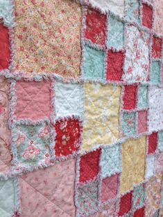 Make your next quilt faster and easier by choosing a pattern that uses square pre-cuts. These FREE layer cake quilt patterns are just what you need. Layer Cake Quilt Patterns, Rag Quilt Patterns, Layer Cake Quilts, Layer Cakes, Sewing Patterns, Block Patterns, Flannel Rag Quilts, Baby Rag Quilts, Shabby Chic Quilts