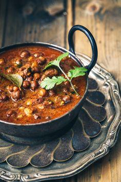 Delicious and healrhy rasadar kala chana nu Saak is a Gujarati recipe easy to prepare.
