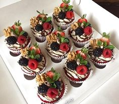What a beautiful and delicious cupcake decorating idea . topped with chocolate mousse and chocolate dipped strawberries heaven chocolate cupcake strawberries mousse dessert cupcakedecorating ideas easy fun delicious diy homemade – Artofit Fancy Cupcakes, Yummy Cupcakes, Blackberry Cupcakes, Fruit Cupcakes, Healthy Cupcakes, Valentine Cupcakes, Butter Cupcakes, Valentines, Cookies Et Biscuits