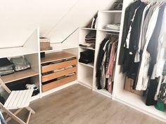 PAX inloopkast onder een schuin dak! - Jamey Attic Bedroom Designs, Wardrobe Design Bedroom, Attic Bedrooms, Attic Closet, Closet Bedroom, Walk In Closet, Master Closet, Attic Storage, Bedroom Storage