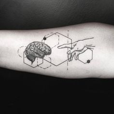 tatouage géométrique avant-bras cerveau et main