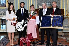 Na de dienst was een receptie, waarop het bruidspaar al de nodige cadeaus kreeg van vertegenwoordigers uit verschillende streken van Zweden, zoals een Hagström gitaar en een Dalarna paardje.
