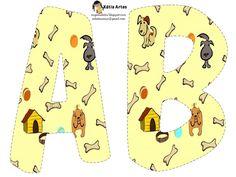Alfabeto de perros con hueso en fondo amarillo.