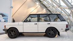 Deze Range Rover Classic Overfinch 570 HSI uit 1994 is wel een heel bijzondere verschijning en wordt te koop aangeboden in Nederland....