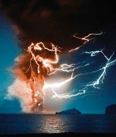 Volcano erupting with lightning! Image Nature, All Nature, Science And Nature, Amazing Nature, Natural Phenomena, Natural Disasters, Beautiful Sky, Beautiful World, Nature Pictures