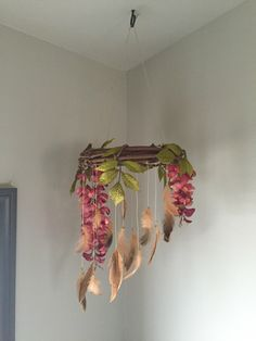 Early mobiles did not necessarily move, as do most crib mobiles today. The modern crib mobile is… Boho Diy, Bohemian Decor, Dream Catcher Mobile, Dream Catchers, Mobiles, Diy Craft Projects, Diy Crafts, Craft Ideas, Diy Home Decor