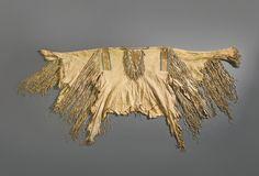 Военная рубаха с вышивкой бисером и иглами, Кроу или Не Персе. А. Коллекция Father John Higginbotham, ирландского священика, который служил между 1840 и 1860-х гг. в Сент-Луисе, штат Миссури. После его смерти, эта рубашка и другие индейские реликвии были завещаны Аббатству Mount Melleray, графство Уотерфорд, Северная Ирландия, где они оставались до недавнего времени. Продана на аукционе Кристи в Лондоне в июне 1983 года. Sotheby's. ARTS OF THE AMERICAN WEST, 21 мая 2014 года. Нью Йорк.