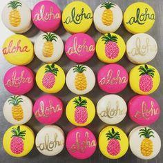 OMG love these tropical pineapple & aloha macarons Aloha Party, Party Fiesta, Festa Party, Luau Party, Hawaiian Birthday, Hawaiian Theme, Luau Birthday, Hawaiian Luau, Birthday Parties