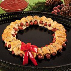 Knakworstjes in croissantdeeg of bladerdeeg rollen en in kransvorm bakken voor kerst.