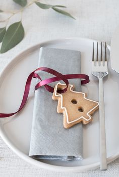 DIY creative table setting idea with Christmas cookies. Decorate the Christmas table with adorable Christmas biscuits