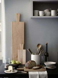 Des planches à découper en éléments décoratifs dans la cuisine