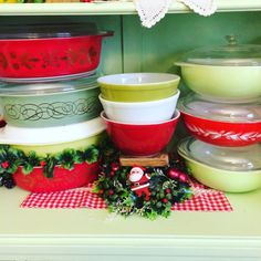 Reds and Greens. So CHRISTMAS. Vintage Bowls, Vintage Dishes, Vintage Glassware, Vintage Green, Vintage Pyrex, Christmas Makes, Vintage Christmas, Christmas 2015, Pyrex Display