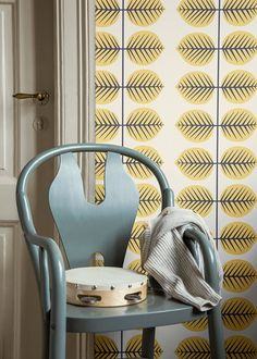 Borastapeter have lovingly adapted Stig Lindberg's classic Bersa motif, with the growing leaf becoming even more playful in its larger scale. Wallpaper Art Deco, Modern Wallpaper, Room Wallpaper, Wallpaper Ideas, Marimekko Wallpaper, Art Nouveau, Cole Son, Stig Lindberg, Lighted Wall Mirror